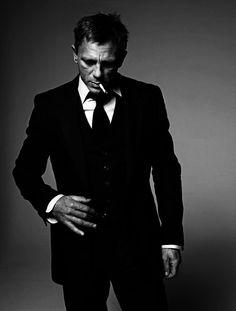 Daniel Craig as James Bond - I just really like this photograph. Best Bond Ever! Estilo James Bond, James Bond Style, Gorgeous Men, Beautiful People, Photo Star, Hommes Sexy, Raining Men, Black And White Portraits, Madame