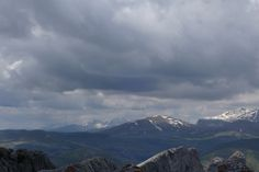 Al fondo, las sierras de la Partacua y Tendeñera, Toronzué (2263 metros), El Pueyo de Mondicieto (2384 metros) y Mondarruego (2847 metros)