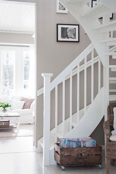 White stairs and beige wall, match! White Staircase, Staircase Design, Home Interior, Interior Design Living Room, Modern Rustic Homes, House Stairs, Beige Walls, Scandinavian Home, White Houses