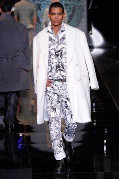 Versace Menswear Fall 2013 Designer Collection, Men Fashion Show, Fashion Models, Mens Fashion, Milan Fashion Weeks, Fashion Gallery, Fall Winter, Winter Coats, Winter White