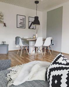 Wie verleiht man einem Raum schnell und einfach Gemütlichkeit, bleibt bei der Einrichtung und Dekoration aber dennoch flexibel? Mit wunderschönen Wohntextilien – sie wirken überall und strahlen in jedem Raum eines Hauses Gemütlichkeit aus. Unser Favorit: Das Plaid Zigzag, welches perfekt in dieses Zuhause im Monochrome-Look passt.// Sofa Wohnzimmer Kissen Dekorieren Esszimmer Esstisch Stühle Bilder Leuchte WohnzimmerIdeen #Wohnzimmer #Kissen #Esszimmer #Sofa #WohnzimmerIdeen@sandras_stern