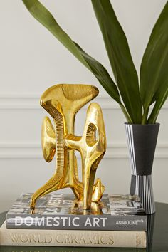 Attenuated ribs made of sand cast solid brass with subtle carvings add some sculptural savoir faire to your tablescape.The dynamic compos Jonathan Adler, Brutalist, Home Decor Accessories, Home Decor Inspiration, Interior Styling, Tablescapes, Art Decor, Cathedral, Brass