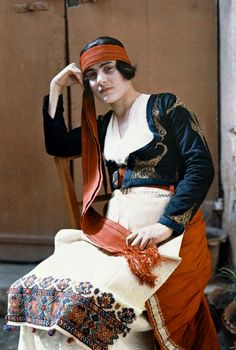 A maid of Candia poses in costume Images by Maynard Owen Williams / Wilhelm Tobien Source: National Geographic Stock Foto Face, Greek Dress, Folklore, Celtic, Ethnic Dress, Folk Costume, Ancient Greece, Traditional Dresses, 1920s