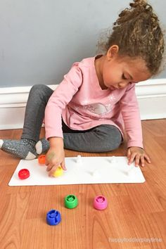Here is an amazing DIY fine motor activity for toddlers and preschoolers using squeeze pouch food caps! Activities For 1 Year Olds, Motor Skills Activities, Toddler Learning Activities, Sensory Activities, Toddler Preschool, Fine Motor Skills, Toddler Fun, Montessori, Bebe 1 An