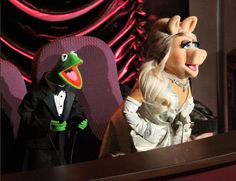 I know she's a Muppet, but Miss Piggy had the best hair at the Oscars and I want to try it - full at the back, side pony, delicate blingy headband - LOVE IT! Kermit And Miss Piggy, Kermit The Frog, Jim Henson, Sapo Kermit, Oscar Pictures, Billy Crystal, Side Pony, Laughter The Best Medicine, Looking Dapper