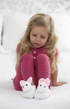 Pantuflas de conejito, visita ya nuestra pagina web y aprende como hacer las tuyas. #Crochet  http://www.redheart.mx/instrucciones-gratis/pantuflas-de-conejito