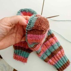 Instrucciones calcetines, ana conde desings | anaconde | socks&co Knitted Gloves, Knitting Socks, Fingerless Gloves, Arm Warmers, Mittens, Ravelry, Knit Crochet, Wool, Sewing