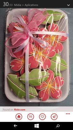 Bring some pretty flower cookies to a garden party ~ Mother's Day Cookies, Fancy Cookies, Iced Cookies, Easter Cookies, Cute Cookies, Cupcake Cookies, Christmas Cookies, Cupcakes, Leaf Cookies