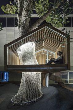 Ifat Finkelman a fait équipe avec Deborah Warschawski pour rénover l'entrée du pole art et éducation du musée de Jérusalem. Le pin majestueux, déjà existan