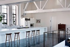 A kitchen in a YMCA basketball court turned loft by Selldorf Architects, Chelsea New York | notreloft | Architectes : Selldorf Architects Photos : Manolo Yllera