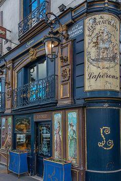 Restaurant La Perouse à Paris. Paris France, Paris Paris, Paris Saint, Beautiful Buildings, Beautiful Places, Corner Restaurant, Restaurant Restaurant, Colorful Restaurant, Restaurant Specials