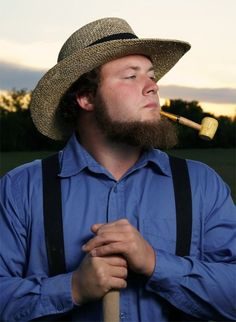 Time for a drag on the pipe. Hairy Men, Bearded Men, Men Beard, Amish Men, Amish Beard, Amish Country, Country Homes, Amish Culture, Amish Community