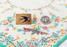 ブローチを探すイセキアヤコ - ほぼ日刊イトイ新聞 燕のブローチ 燕は、伴侶や家族を大切にする鳥である。そうした習性から、とくにヴィクトリア時代には愛の象徴とされていた。 一方で、暖かい季節になると古巣へ戻ってくる渡り鳥でもあるため、遠く離れた場所に旅立つひとへ「無事に戻ってきてください」「旅立ちが幸のあるものになりますように」という思いを込めてプレゼントしたり、逆に、旅立つひとが、残していく家族や友人へ 「あなたのもとにまた帰ってきます」という約束のしるしとして、あるいは恋人へ、恋のメッセージとして 贈ることもあったそうだ。