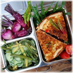 Für Lunchbox & Teller: Bunte Gemüsequiche! Hier mit einem Gurken-Bohnen-Salat und ein paar violetten Rübchen. Alle Zutaten stammen aus meinem SoLaWi-Ernteanteil! Die Lunchbox ist die Planetbox° Launch. Das Rezept und weitere Lunchbox-Ideen findest Du in meinem Blog!  Direktlink hier: https://wp.me/p7NDQI-O1  #gemüsequiche #gemuesequiche #quiche #lunchbox #planetbox #vegetarisch #gemüse #mitnehmen #veggietogo #makingsens #unterwegs #cleaneating #healthyeating #quiche