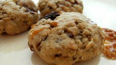 Martha Stewart's Oatmeal Cookies - Martha Stewart's Oatmeal Cookies is a delicious and elegant version of the humble oatmeal cookie. They come out of the oven very rich and yummy! Cookie Desserts, Fun Desserts, Cookie Recipes, Delicious Desserts, Baking Cookies, Dessert Food, Dessert Table, Toffee Cookies, Oatmeal Chocolate Chip Cookies