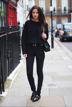 take a look at my clothes - all black, like johnny cash - all black, like the rolling stones wanna paint it black . (wow, this person's poetry sucks, but I like the outfit. Daily Fashion, Look Fashion, Fashion Outfits, Travel Outfits, Fashion Trends, Looks Style, Style Me, Black Style, Look Jean