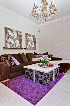lila teppich braunes sofa dekokissen wandtapete