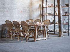 Twister la salle à manger avec des chaises en rotin