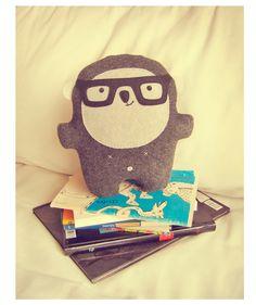 Bambak book lover wearing geek glasses by Bambaks on Etsy Handmade Soft Toys, Handmade Crafts, Felt Dolls, Doll Toys, Softies, Plushies, Geek Glasses, Geek Toys, Cute Creatures