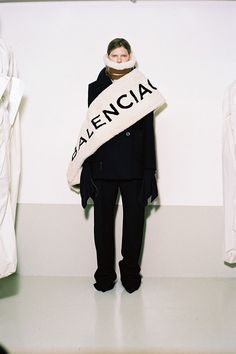 A coleção de pré outono-inverno 2016/17 da Balenciaga foi feita pela equipe de estilo da marca, um pouco antes da estreia do Demna Gvasalia!