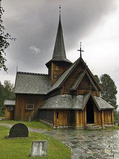 Hedalen Stavkyrkje by mac_a_rroni, via Flickr. La iglesia de madera de Hedalen es una stavkirke localizada en Hedal, un pequeño valle en el municipio de Sør-Aurdal, Noruega.
