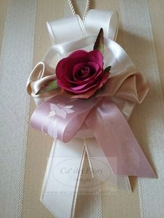 Nappina fiocco con rosa in stoffa e rosa in raso. Tassel with sinthetic rose and satin rose. Satin Roses, Animals And Pets, Confetti, Wedding Gifts, Tassels, Gift Wrapping, Bows, Decoration, Crafts