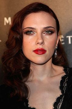 Scarlett Johansson Long Curls - Going for a darker hue, Scarlett showed off her deep red locks. This girl can dye her hair blue and she would still look stunning. Scarlett Johansson Hairstyle, Scarlett And Jo, Long Curls, Hair Pictures, Hairstyles Pictures, Charlize Theron, Celebrity Hairstyles, Dark Hair, Brown Hair