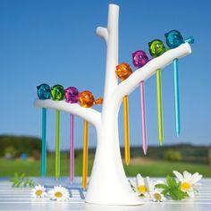 Pics apéritifs - oiseaux sur leur support arbre // L'idée cadeau idéale pour ceux et celles qui ont toujours une décoration de table parfaite et originale ! Ces pics apéritifs colorés en forme d'oiseaux et leur support arbre sont très pratiques et apportent une touche de couleur et de gaité à chaque table d'apéritif ou de buffet !  18,90 € - http://www.ideecadeau.fr/pics-aperitifs-oiseaux-sur-leur-support-arbre.html