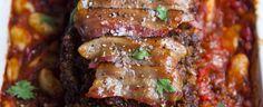 Hoofdgerecht 4-6 personen Bereidingstijd: 1 uur en 15 minuten  Bereidingswijze: Verhit de oven voor op 230°C. Verhit de olie in een braadpan en bak de ui en selderij 5 minuten tot ze zacht zijn. Roer de komijn, koriander en paprikapoeder erdoor en bak nog een minuut, blijf roeren.