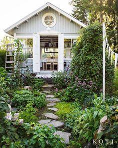 Myynnissä olevassa numerossamme 5 esitellään kolme ihanaa kesähuonetta. Kuvassa Lahden lähellä sijaitseva Villa Pömpeli.  #kotijakeittiö #kotijakeittiövierailee #kesämaja #puutarha #kesä #summer #garden #summerhouse #homedecoration