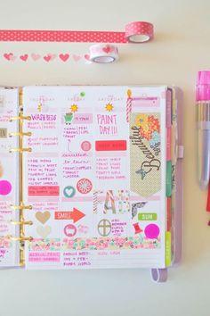 ein rosa Notizbuch mit einer Aufschrift Schönheit mit bunten Kugelschreibern Filofax dekorieren