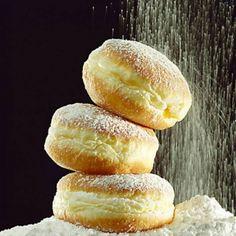 Kipróbált Farsangi fánk recept a sütnijó.hu-n. A sütnijó.hu-n több száz kipróbált sütemény receptből válogathatsz, és te is felöltheted kedvenc süteményed.