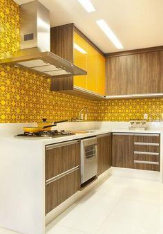 Armário de cozinha - Cozinhas Planejadas para Apartamentos Pequenos amarela e madeira