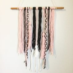 yarn wall hanging / blush white + gray