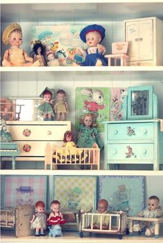 Variety of dolls including dollhouse size | Source: Umla @ Tumblr