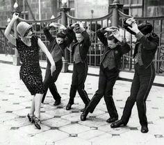 Una mujer estadounidense enseña a bailar el charlestón a unos jóvenes británicos (1925)