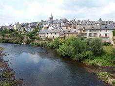 Saint Cômes d'Olt en Aveyron St Jacques, Beaux Villages, South America Travel, Aquitaine, Alsace, Provence, Hawaii, Beautiful Places, Saints