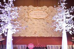 Mẫu backdrop sân khấu cưới bằng hoa quạt giấy sang trọng