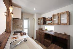 キッチンに合わせて造作したカップボード(食器棚)。カフェのような雰囲気に仕上がりました。