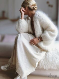 A mohair sweater usually comes in the form of a large, oversized knitted sweater. You can quite easi Knit Fashion, Look Fashion, Daily Fashion, Winter Fashion, Fashion Spring, 80s Fashion, Fashion 2020, Women's Fashion, Mohair Sweater