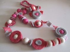 Collana di feltro grigio e rosa