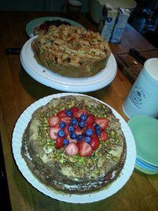 chocolade taart gevuld met mascarpone en pistache noten met aardbeien gekookt in balsamico azijn