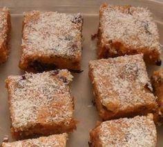 Bestanddele: 200 g botter of margarien 250 ml karamel kondensmelk 250 g glansvrugte mengsel (enige droee vrugte werk ook hier. Ek het sommer vrugtekoekmengsel gebruik, dit vir 'n rukkie gewee… Baking Recipes, Cookie Recipes, No Bake Bars, Caramel Recipes, No Bake Cookies, Cake Cookies, Biscuit Recipe, How Sweet Eats, Sweet Recipes