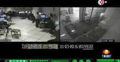 """Una investigación de noticieros Televisa y que el reportero Carlos Loret de Mola difundiera la mañana del pasado 14 de Octubre en su noticiero 'Primero Noticias' revelan que """"siempre si"""" los vídeos del interior de la prisión de El Altiplano al momento de la fuga de """"El Chapo"""" Guzmán, ¡si tenían audio! A pesar de la claridad de los sonidos, los cuales consistían en martillazos y gritos de quieren lo ayudaron a escapar en el centro de monitoreo todo marchaba como si nada sucediera en la celda…"""
