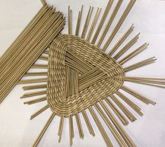 Discover thousands of images about Photo Bamboo Weaving, Weaving Art, Weaving Patterns, Newspaper Basket, Newspaper Crafts, Craft Stick Crafts, Diy And Crafts, Arts And Crafts, Paper Basket Weaving