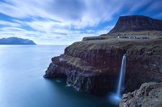 Färöern. «Das Dorf Gásadalur und die Insel Mykines im Hintergrund.»