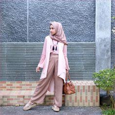 ]Mix And Match Outfit Baju Luaran (Inner) 2018 Ala Selebgram top blouse lengan terompet baby pink hijab pashmina satin celana pallazo cullotes krem kalung bulu hitam outer putih kacamata handbagas coklat loafers and slip ons sandals ootd Casual Hijab Outfit, Ootd Hijab, Hijab Chic, Fashion Pants, Hijab Fashion, Korean Fashion, Modest Fashion, Women's Fashion, Moslem Fashion