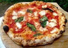 Napoli per la migliore pizza.....Naples for the best pizza!! I can't wait to eat one of these!!