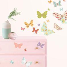 Delicado vinilo decorativo de pared con diseño de mariposas con estampado patchwork.