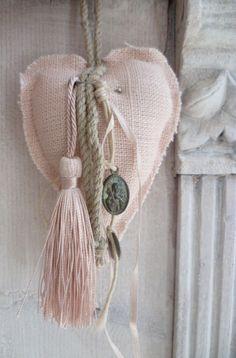 corazon con detalles borlas y medallas